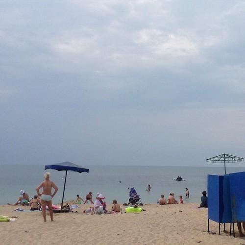Так, тучки и прохладу я успешно наколдовала, но корысти мне с этого никакой - народа на пляже становится еще больше! )))) #евпатория