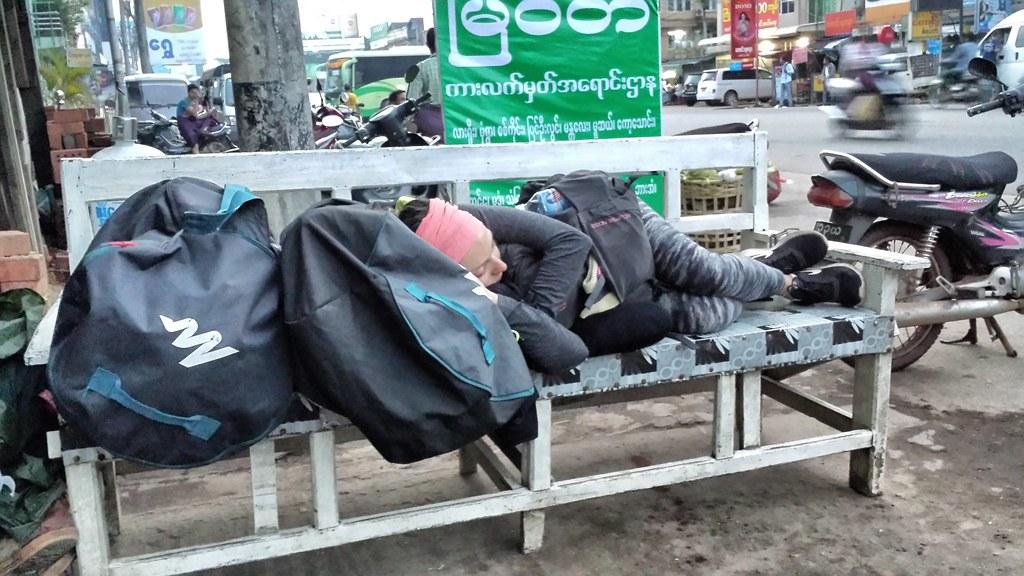 Quand elle dort sur un banc