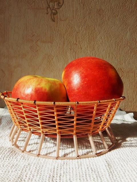 бежевая конфетница с яблоками I horoshogromko.ru