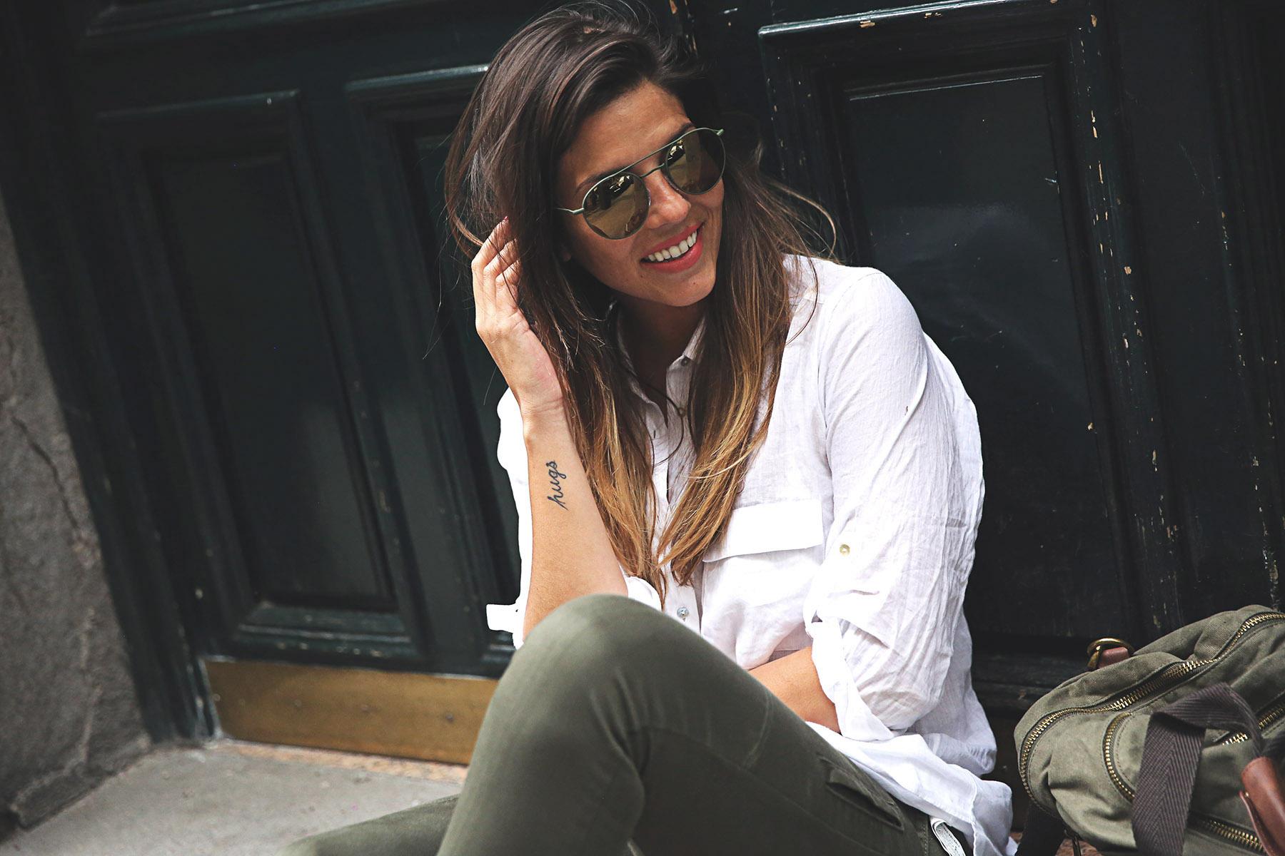 trendy-taste-look-outfit-street-style-steve-madden-ootd-blog-blogger-fashion-spain-moda-españa-safari-traveling-viaje-bolsa-bag-khaki-caqui-pants-sandalias-zuecos-6