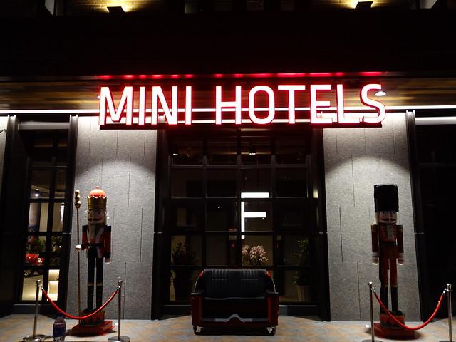 台中逢甲的 MINI HOTEL,門口有半台 MINI COOPER 後座
