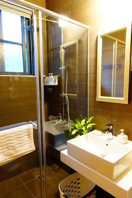 浴廁,乾濕分離玻璃乾乾淨淨,蓮蓬頭水柱力道也夠強、熱水溫度也很穩定 @花蓮小晴天旅宿