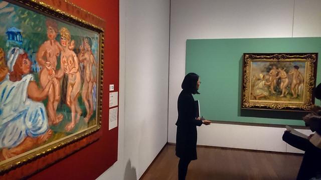 梅原が模写した《パリスの審判》(左、1978年、個人蔵)と、ルノワールの《パリスの審判》(1908年、三菱一号館美術館寄託)について説明する あべのハルカス美術館の新谷式子学芸員