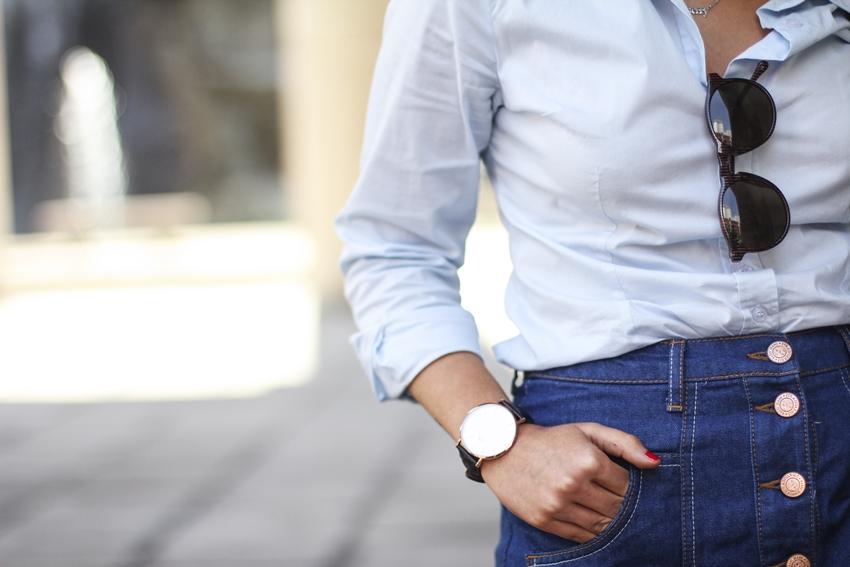 gafas redondas le specs misterspex con blusa azul bebe y falda con botones