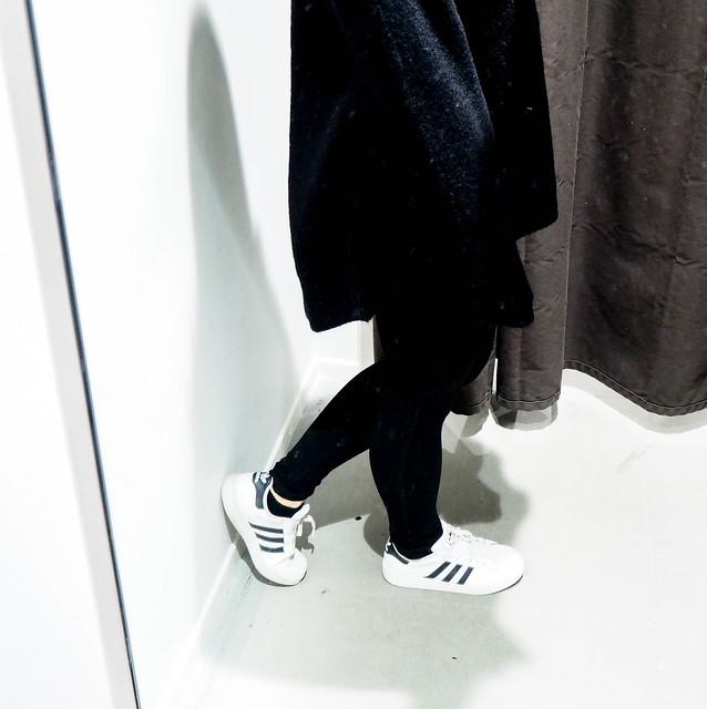 PB258308.jpgBlackSweaterOutfit, PB258338.jpgAllBlackOutfitWinter, PB258349.jpgBlackOutfit, PB258346.jpgALlBlackOutfit, black outfit, musta asu, kokonaan musta asu, rento, casual, comfy, mukava, lämmin, warming outfit, oversized black sweater, paksu musta väljä neule, clothes, vaatteet, black friday, musta perjantai, talvi, winter, syksy, autumn, fall, asua, fashion, muoti, olympus pen epl, kamera, camera, zara musta neule, hm musta pipo, black beanie, black chunky oversized sweater, adidas sneakers, adidas tennarit, white adidas sneakers, valkoiset adidaksen tennarit, superstars,
