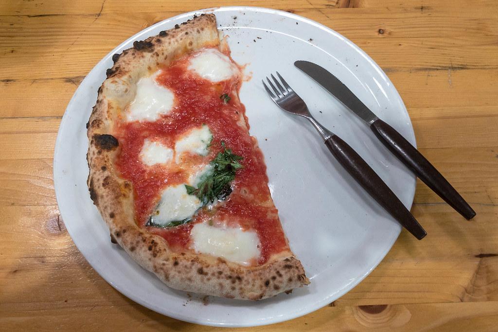 Leckere Margherita Pizza Auf Einem Teller Mit Messer Und