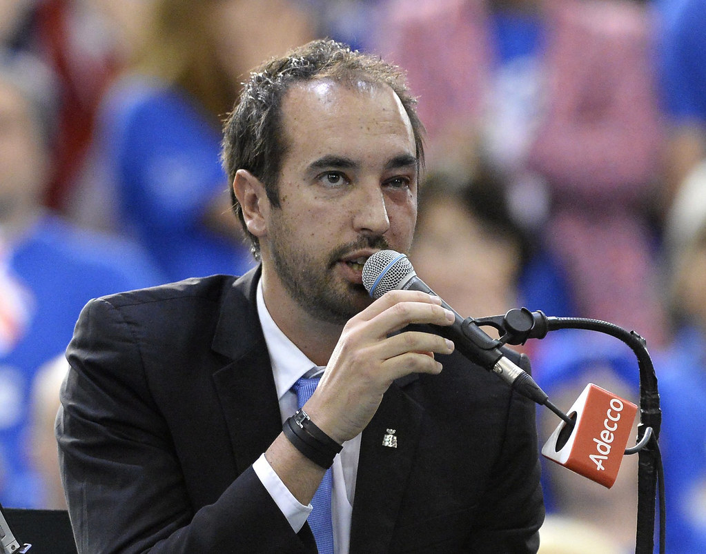 左臉浮腫的主審Arnaud Gabas宣布Denis Shapovalov失格。(達志影像)