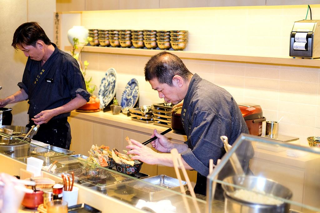 Ginza Tendon Itsuki: Chef preparing.
