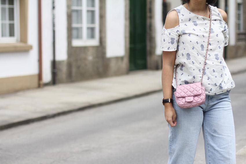 tendencia hombros al aire con culotte denim y bolso rosa de purificación garcia