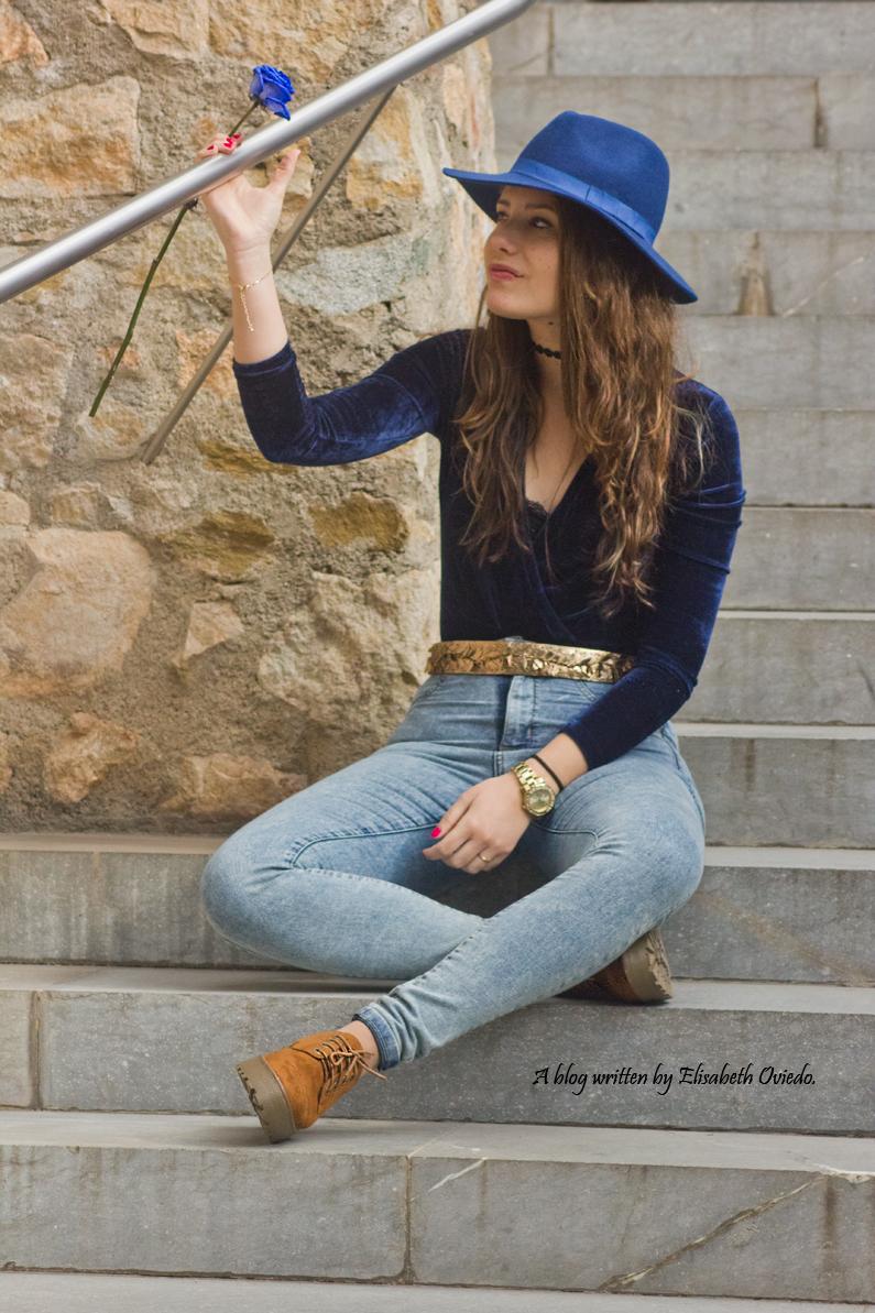 jeans denim HEELSANDROSES Elisabeth Oviedo body terciopelo azul oxfords marrones sombrero azul (3)