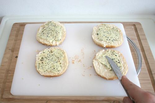 20 - Brötchenhälften mit Kräuterbutter bestreichen / Spread bun parts with herb butter