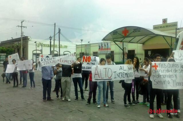 Estudiantes se manifiestan por cuotas inasequibles