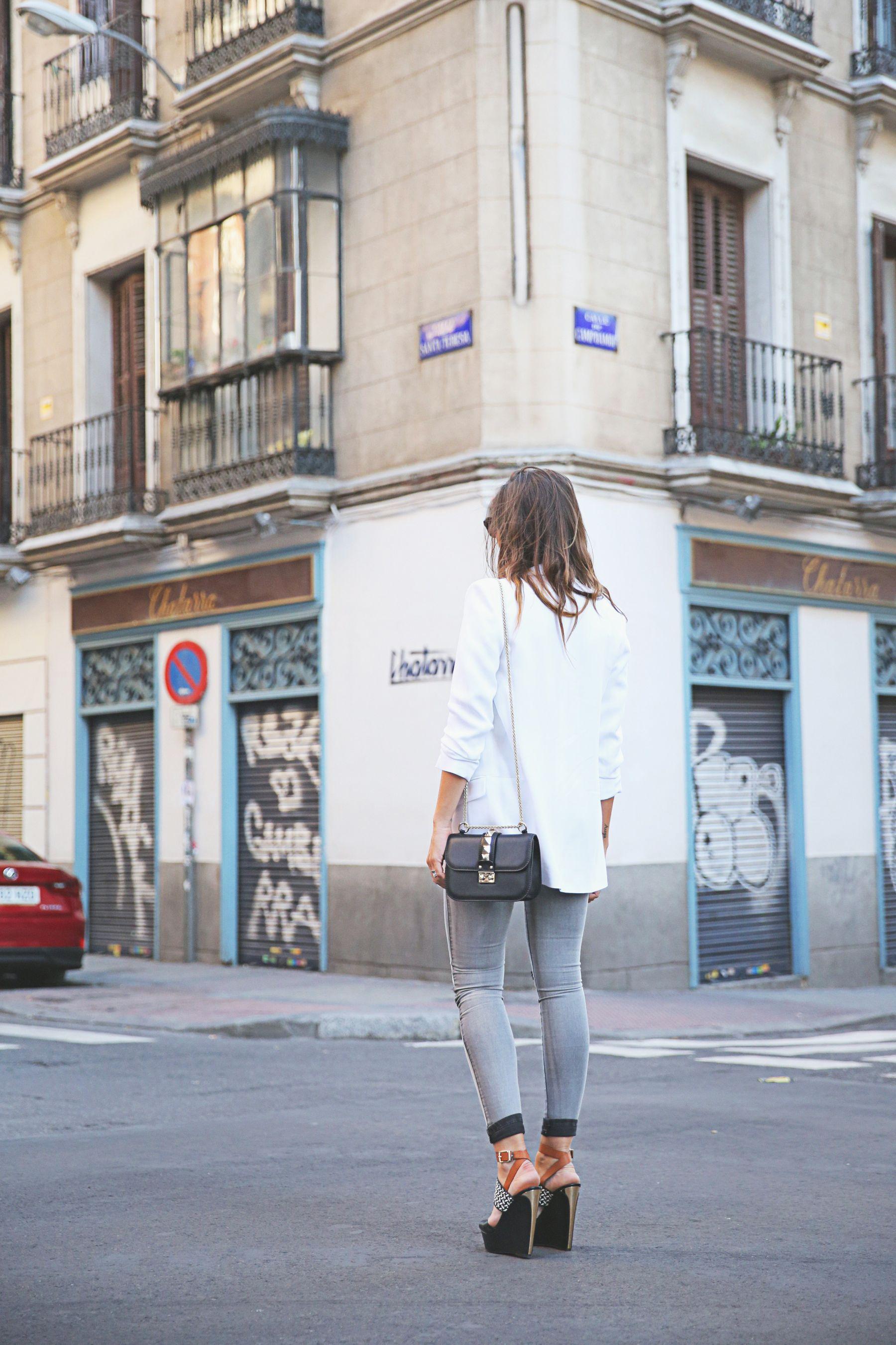 trendy-taste-look-outfit-street-style-ootd-blog-blogger-fashion-spain-moda-españa-SS15-verano2015-tendencias-trends-zara-buylevard-valentino-jessica-simpson-skinny-jeans-grey-white-blazer-americana-blanca-vaqueros-pitillo-sandalias-sandals-etnicas-6