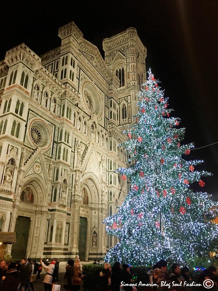 E aqui está a frente da Duomo, a linda igreja de Santa Maria del Fiore. Lindo.