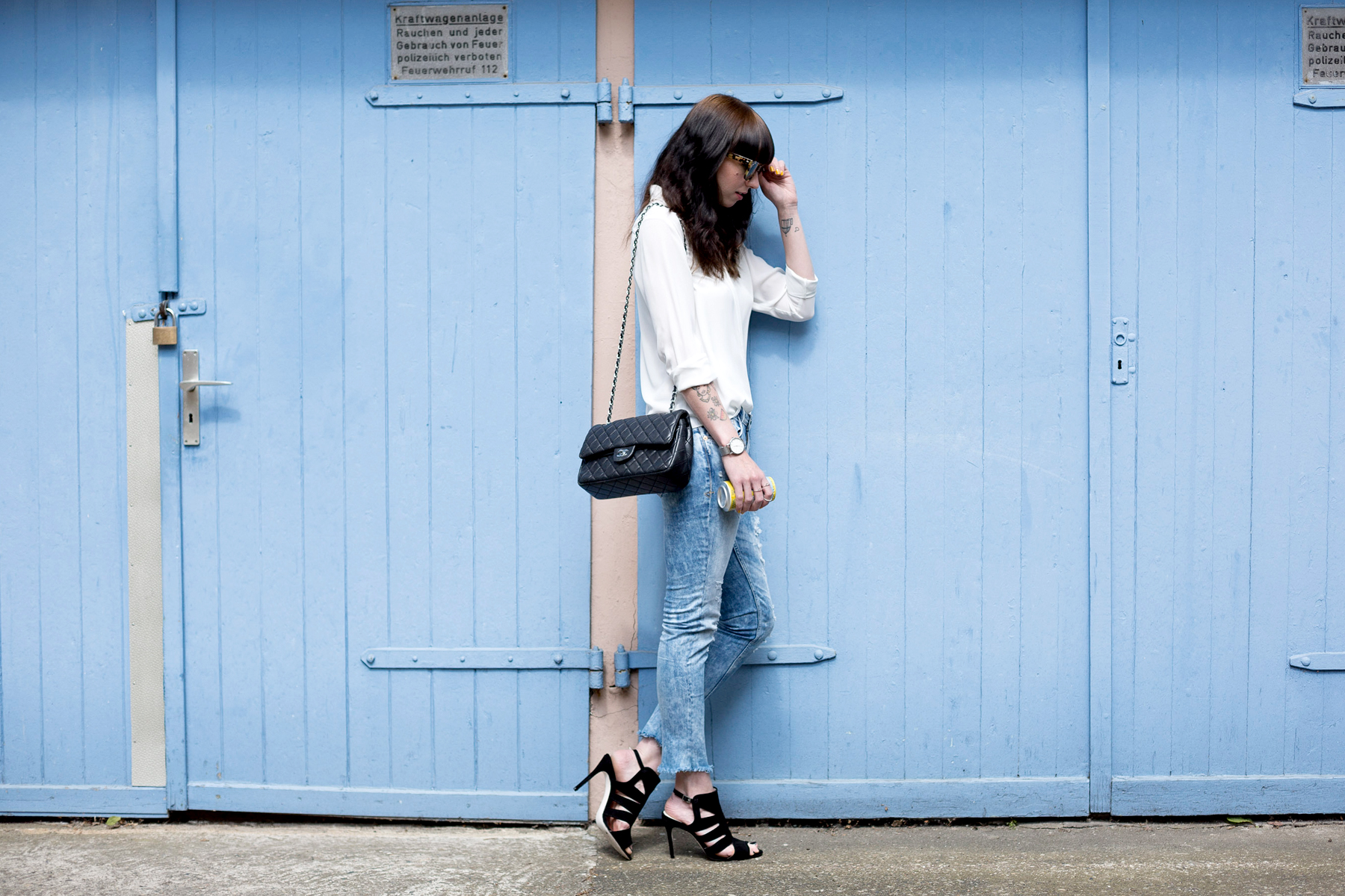 blue ripped jeans le temps des cerises chanel double flap bag white blouse sacha heels gucci sunglasses blog blogger cats & dogs ricarda schernus fashion berlin 5