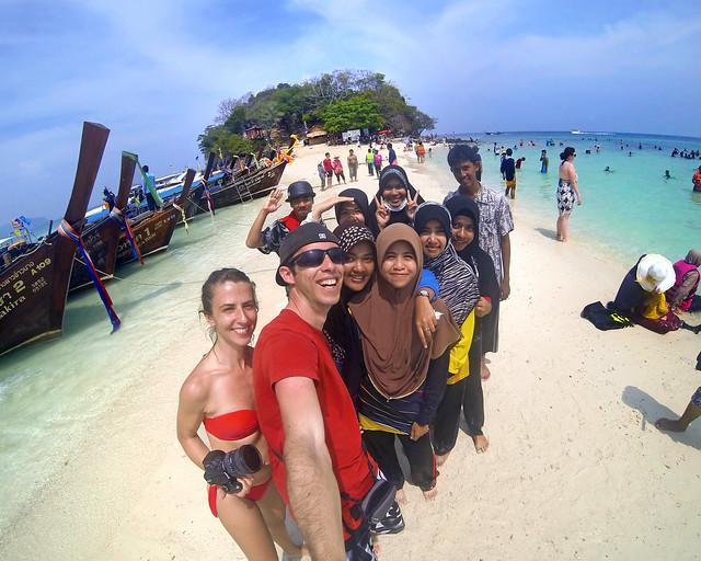 Con un montón de amiguitos en la playa de Tub Island, la lengua de arena más famosa de Tailandia