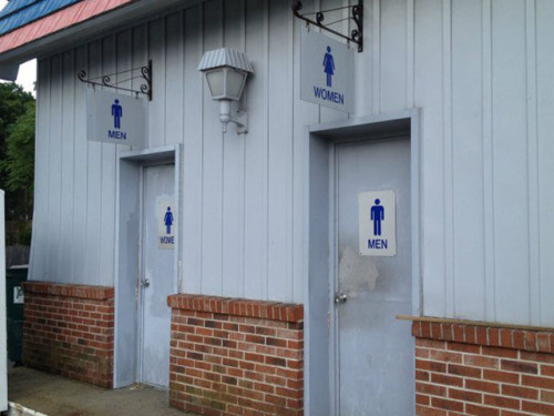 foto graciosa de señales de baño contradictorias
