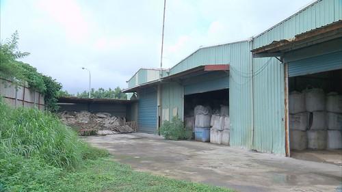 工廠被堆置帶有惡臭的事業廢棄物。圖片來源:我們的島