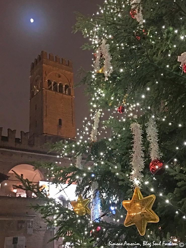 A linda árvore de Natal da Piazza Nettuno em Bolonha.