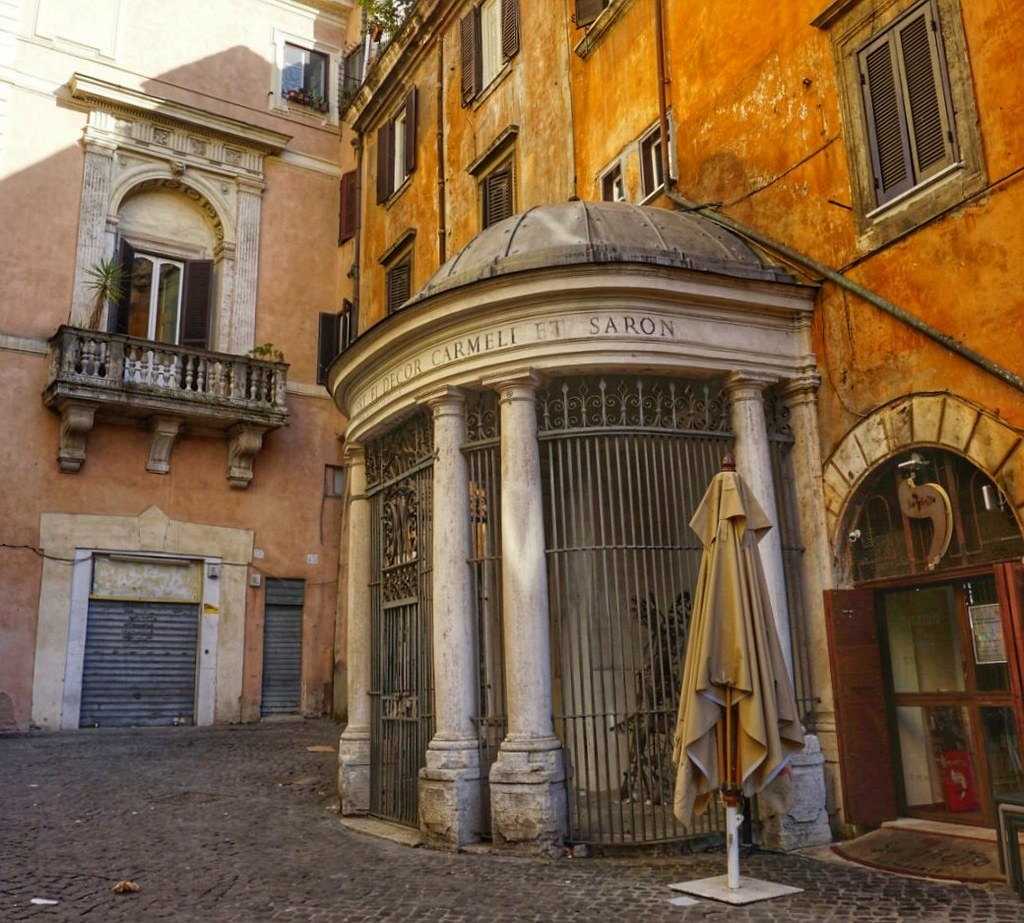 Temppeli, jossa juutalaiset pakotettiin rukoilemaan lauantaisin. Taustalla Palazzo Costagutin parveke 1500-luvulta.