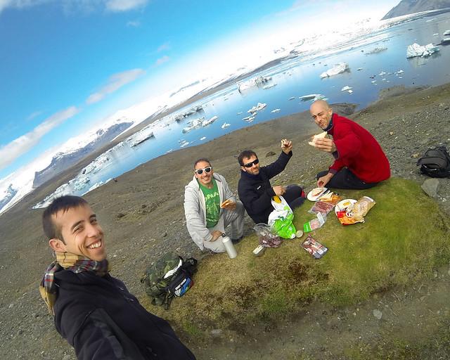 Comiéndonos un bocadillo frente a la laguna de Jökulsárlón