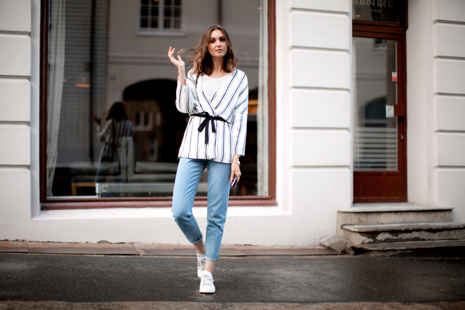 how-to-wear-mom-jeans-street-style-striped-jacket