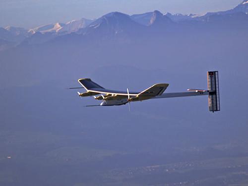 Літак на сонячних батареях з пошкодженим крилом успішно завершив переліт через США