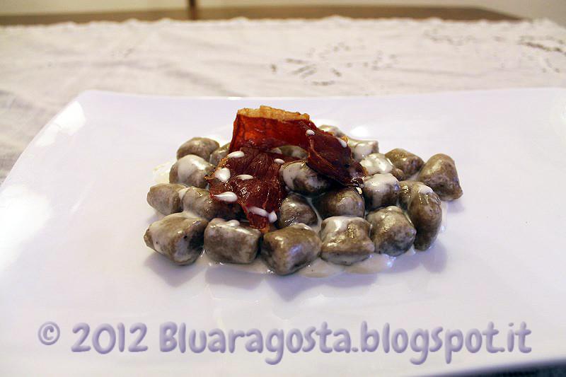 06-gnocchi all'acqua con polvere di porcini fonduta di toma e petali di speck