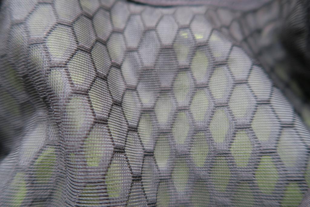 Λεπτομέρεια από την εσωτερική πλέξη του υλικού που χρησιμοποείται σε όλο το γιλέκο. Η κυψελωτή πλέξη θα αφήσει ένα μικρό περιθώριο αερισμού ανάμεσα στην πλάτη μας και το γιλέκο