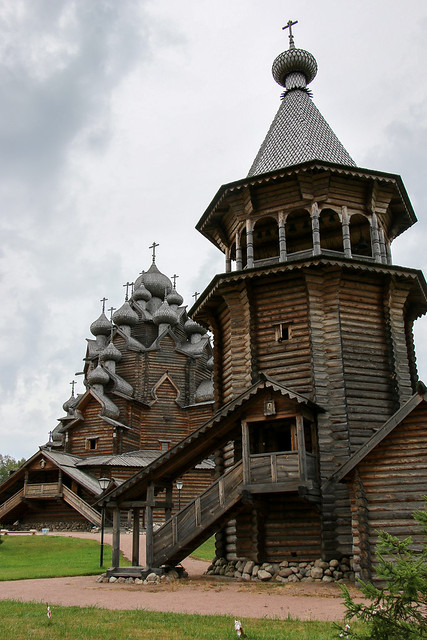 Church of the Intercession in the Nevsky forest park, suburban Saint Petersburg, Russia サンクトペテルブルク郊外、木造建築のポクロフスキー聖堂