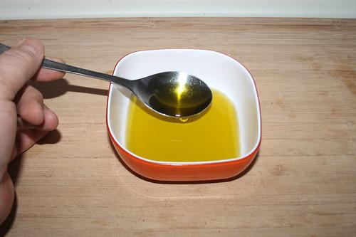 24 - Olivenöl in Schüssel geben / Put olive oil in bowl