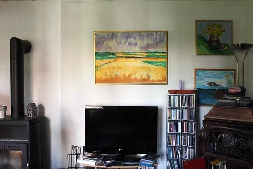 Litografin av Bertil Almlöf lyser på väggen.