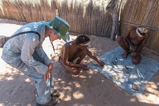 San-Kunsthandwerkler stellt Buschmannperlen her