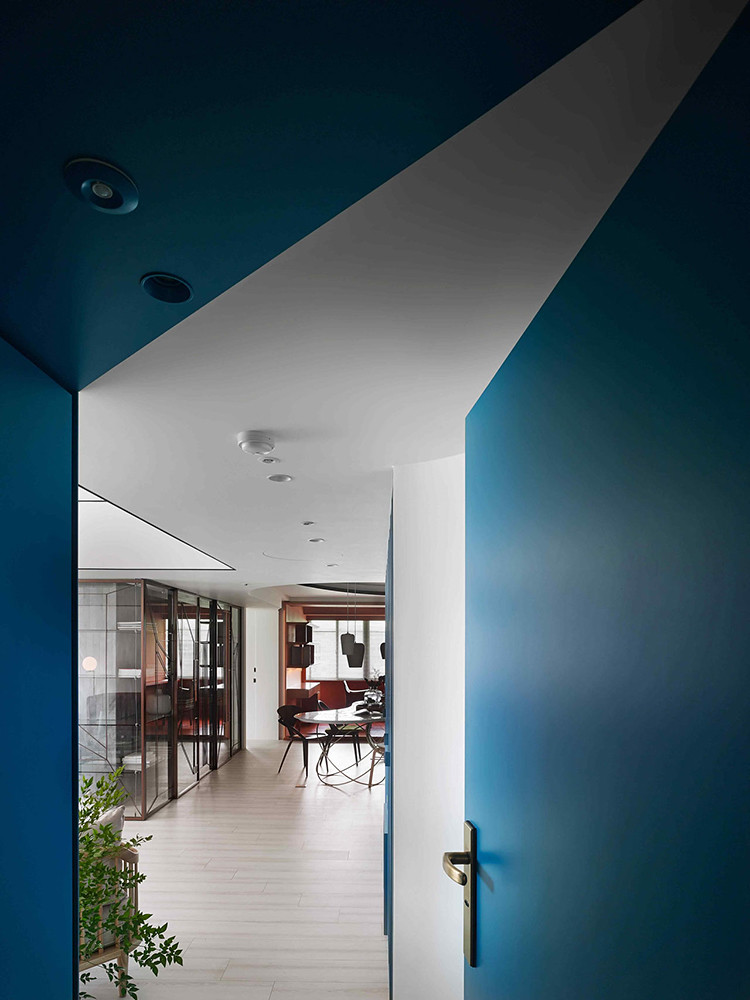 A colorful apartment by Waterfrom Design Sundeno_16