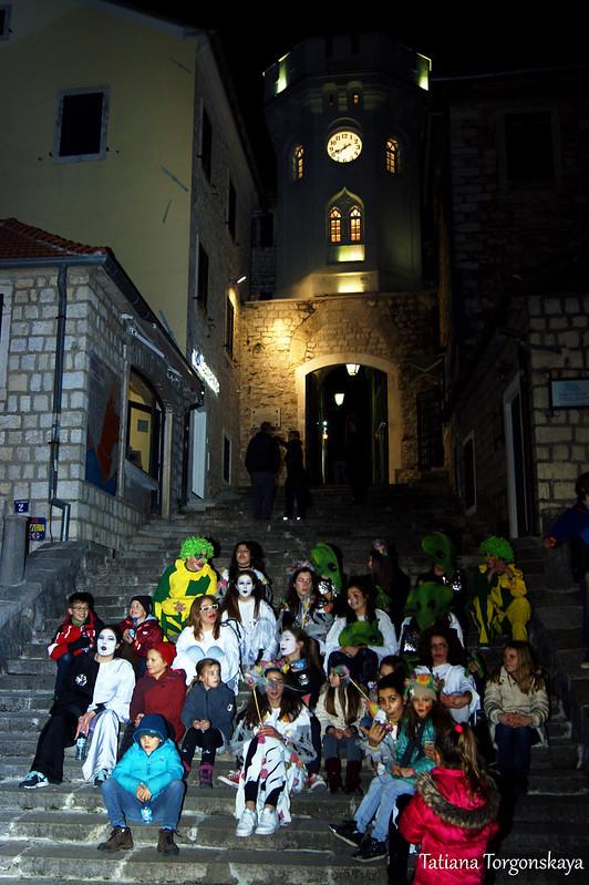 Карнавальная группа под Часовой башней