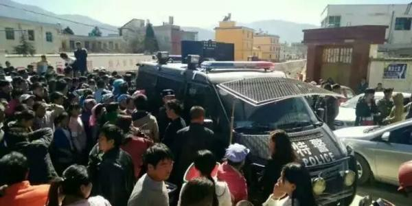 Yunnan Qujing a limousine driver was beaten into a coma by as traffickers, police are investigating