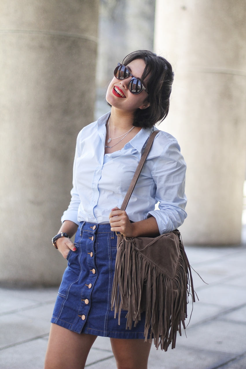 Buttoned skirt from stradivarius with blue blouse and fringed bag