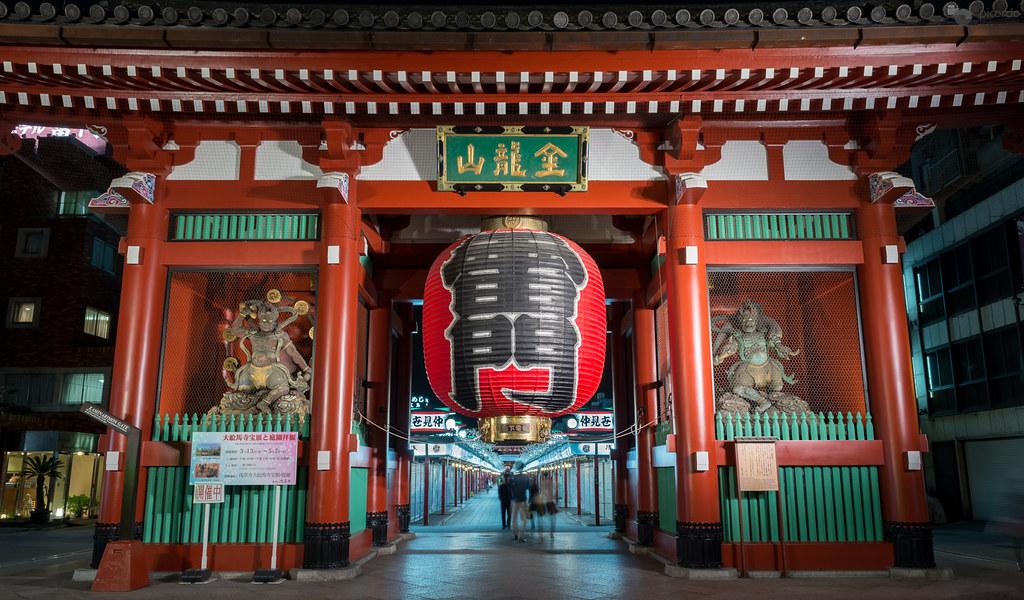 Kaminarimon la puerta kaminarimon es la mas conocida de for Puerta kaminarimon