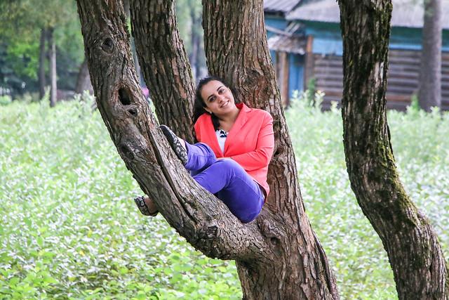 A smiling woman on the tree, Saint Petersburg, Russia サンクトペテルブルク、木の上で微笑む女性