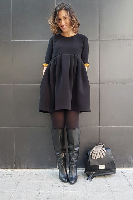 capa camel, Sherlock Holmes, vestido negro, preppy, manga francesa, volantes mostaza, Botas negras, caña ancha, mochila negra, camel cape, black dress, French sleeve, mustard flyers, Black boots, wide leg, black backpack, lbd, Naf Naf, Zara, Stradivarius, Adolfo Domínguez