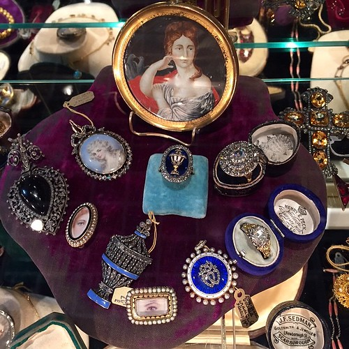 I think everyone knows whose booth this belongs to....gorgeous pieces with so much sentiment, and yay, I finally got to meet her--miss @lenoredailey xoxo #gemgossipdoesVegas #lasvegasantiquejewelryshow