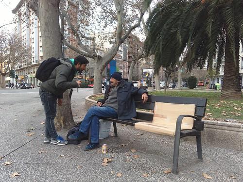 Lagarder, hablando con un indigente