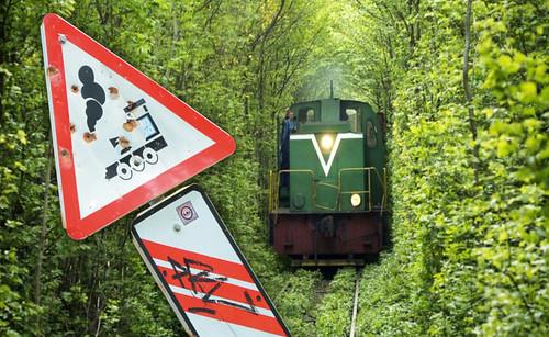 Тунель кохання потяг знак