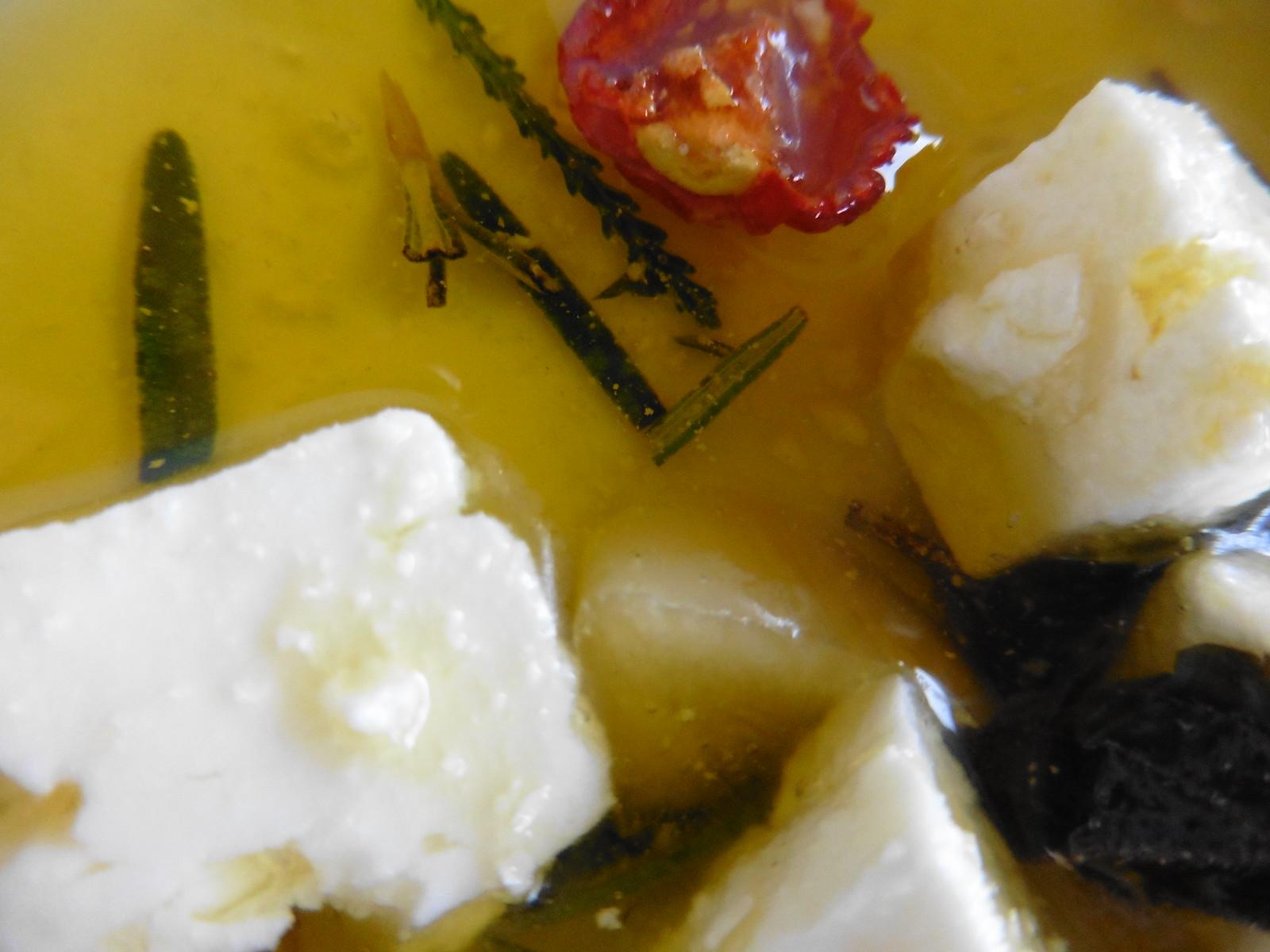 Fetawürfelchen in Olivenöl eingelegt