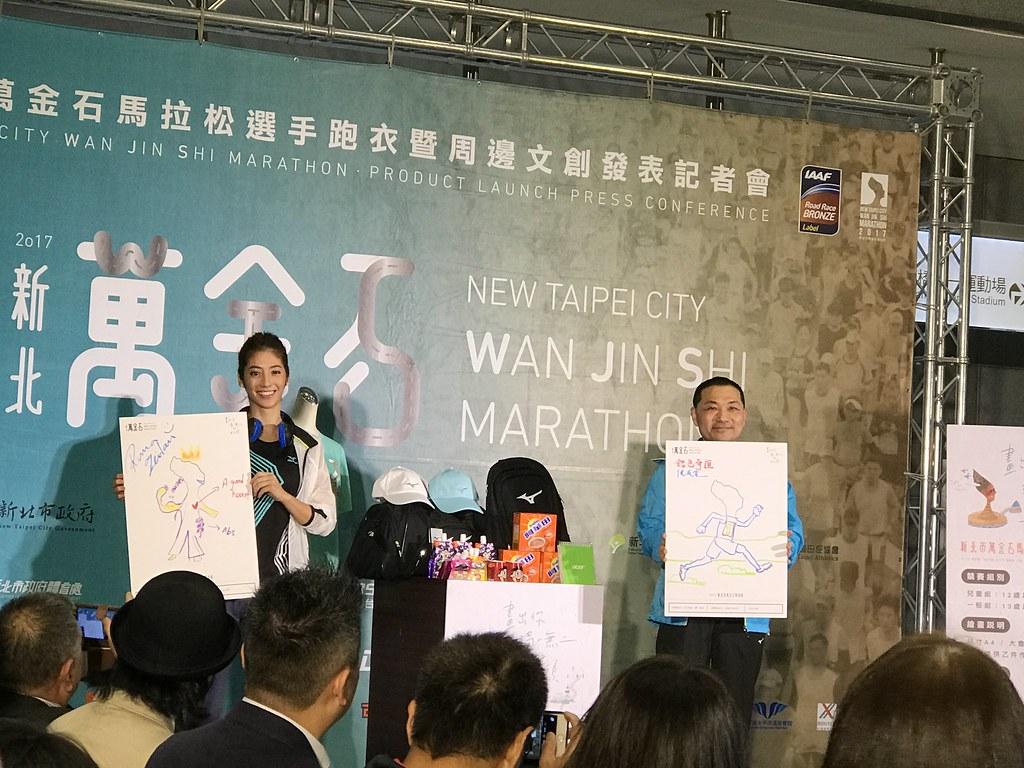 新北市副市長侯友宜(圖右)與瑞瑪席丹畫出心目中的女王頭。(鍾亞芳/攝)