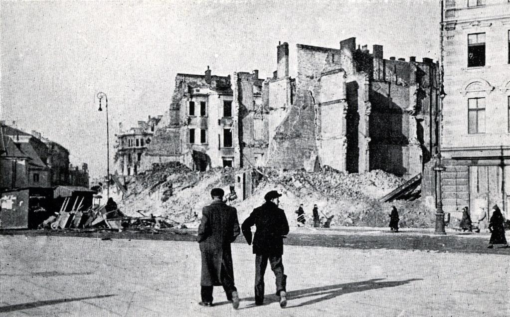 Varsovie en ruine entre 1939 et 1944 : Place Pilsudski.