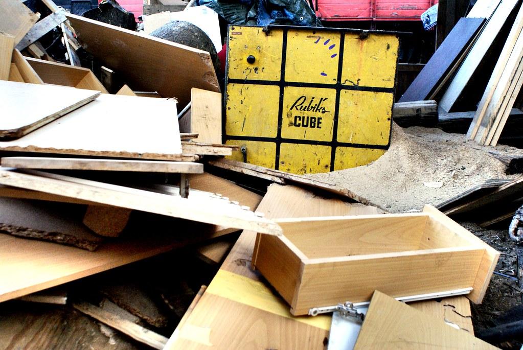 RUBIKS CUBE au milieu de tiroirs, de bois, de métal et de plastique.