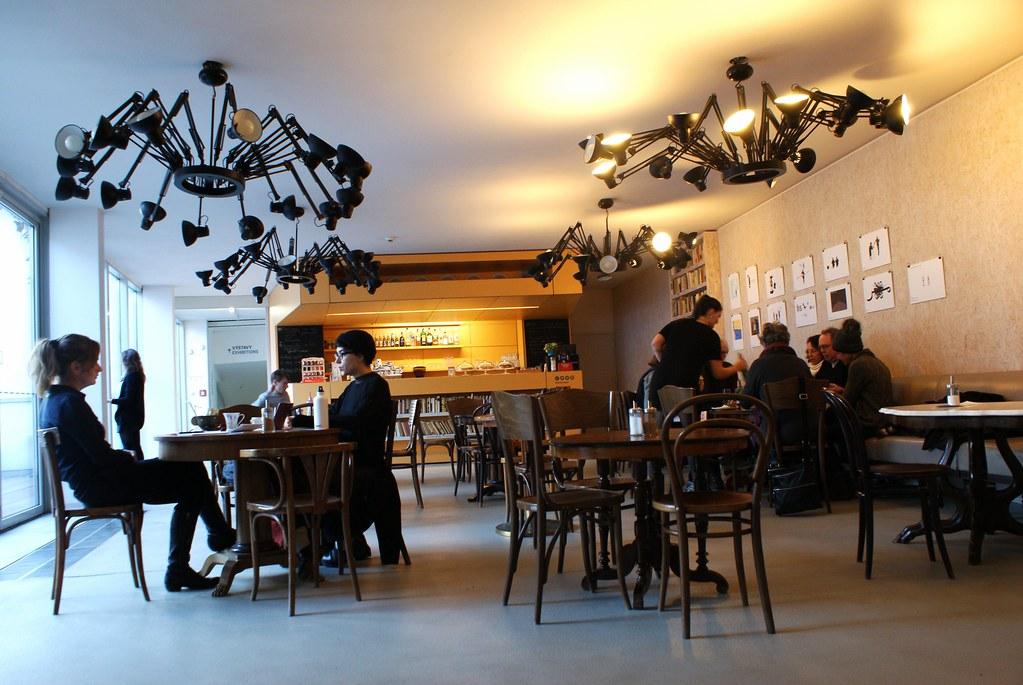 Café du DOX ouvrant sur le toit/terrasse de l'espace contemporain à Prague.