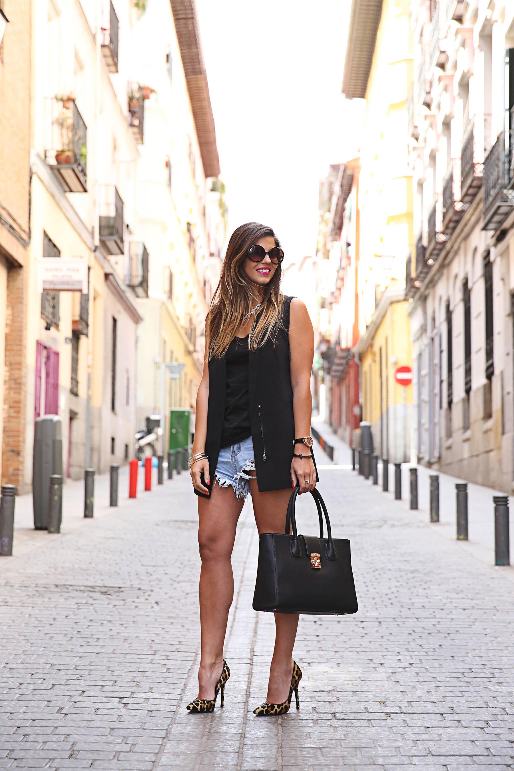 trendy-taste-look-outfit-street-style-ootd-blog-blogger-fashion-spain-moda-españa-leo-print-estiletos-mas34-leather-bag-denim-shorts-vaqueros-rotos-2