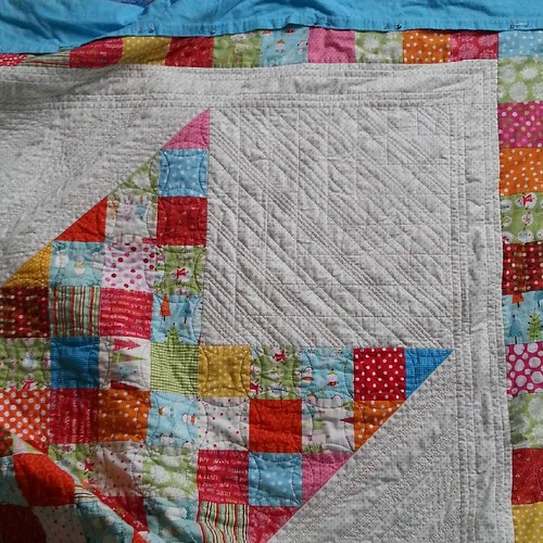 I've finally finished the first corner! I hope the other three are a bit faster, this has taken me *does some counting* Oh, it's not even three weeks since I started it! Well, that's faster than I thought! #handquilting